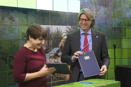 Minister Ploumen signed the five-year agreement with Partners for Resilience. By Raymond Duijssens.