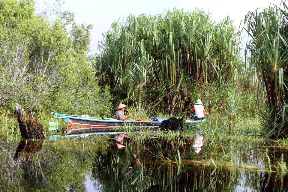 Sustainable peatland livelihoods, fishing at Mentangai river (Marcel Silvius)