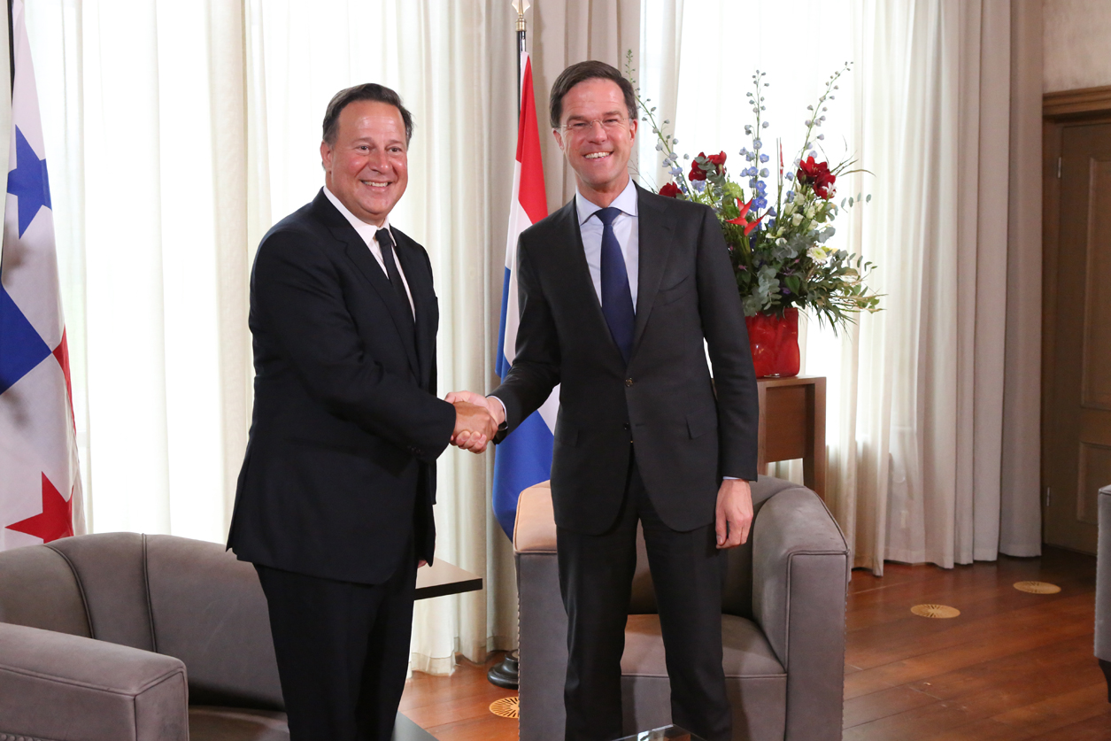 President Varela and Prime Minister Rutte shaking hands in The Hague, 22 January 2018. Photo by Government of Panama.
